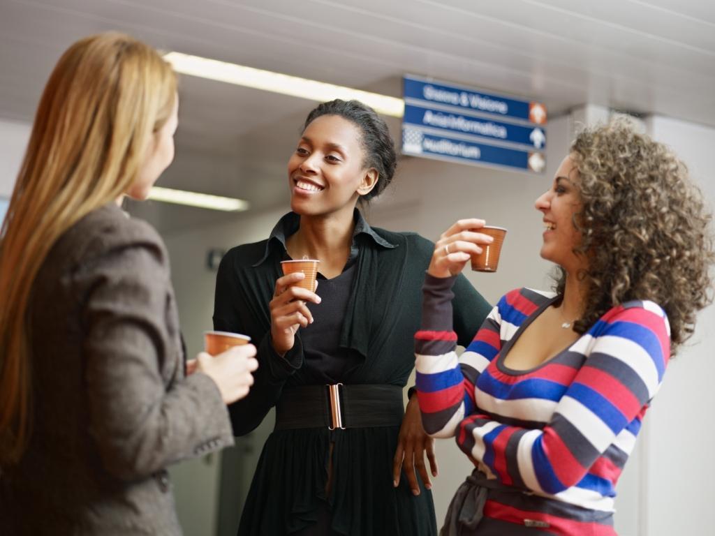Drei junge Frauen bei der Kaffeepause
